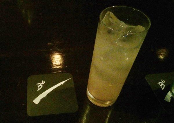 洋酒倶楽部B♭のカウンター